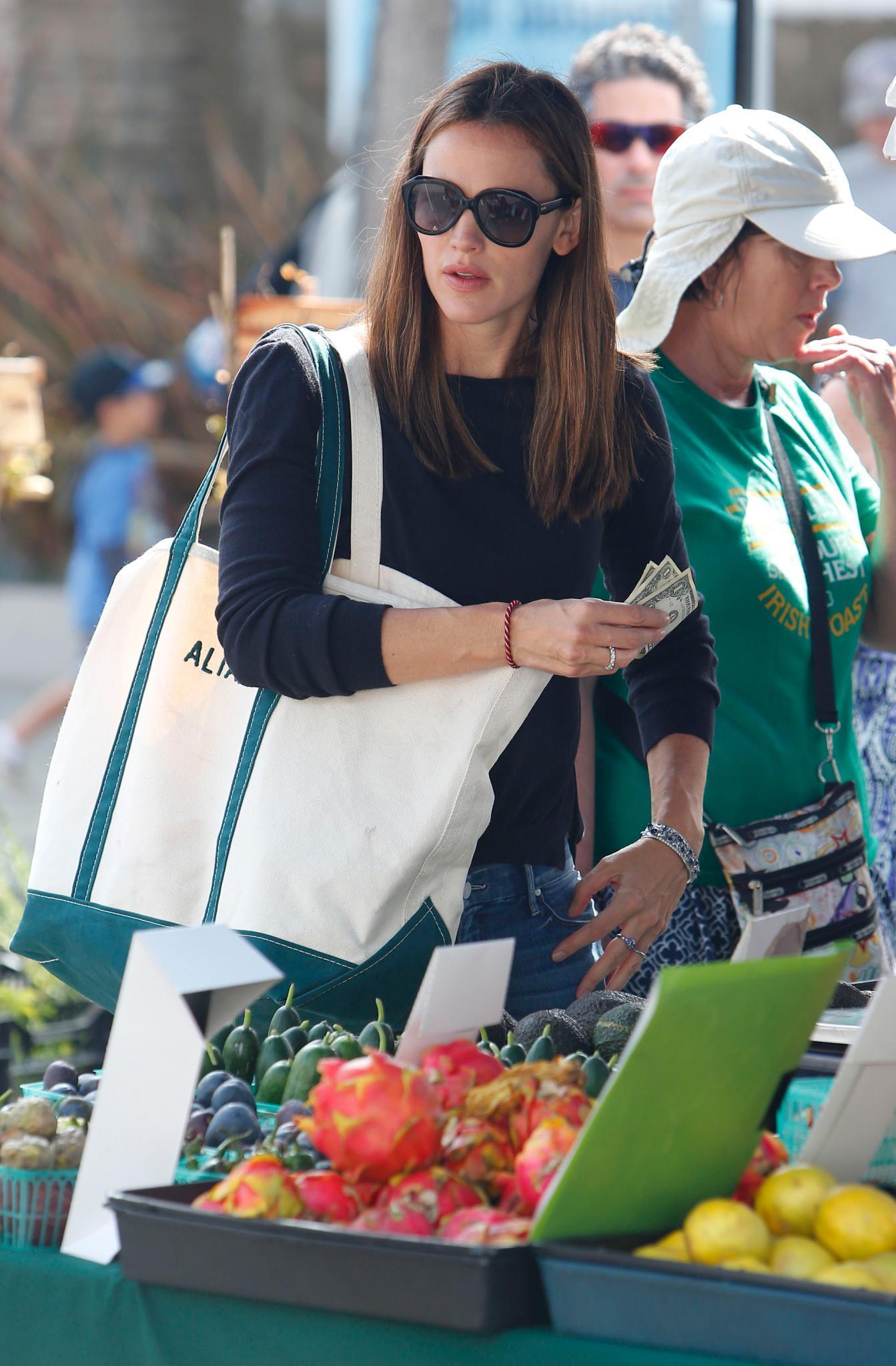 Jennifer Garner, 42, beherzigt den Clean-Eating-Trend und kauft lieber Frisches statt Abgepacktes.