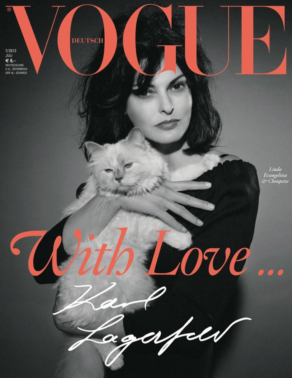 """Choupette hat es sogar auf das """"Vogue""""-Cover geschafft, in den Armen von Linda Evangelista."""