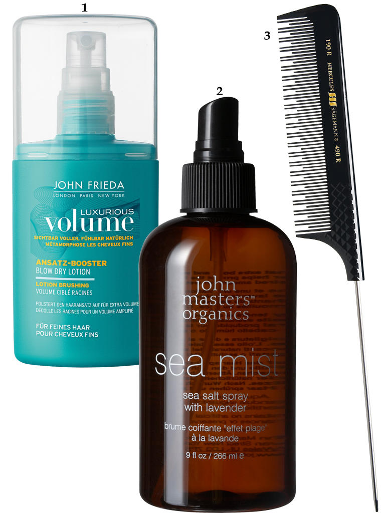 "1. ""Luxurious Volume Ansatz-Booster Blow Dry Lotion"" von John Frieda, 125 ml, ca. 10 Euro; 2. Sorgt für Struktur: ""Sea Mist Sea Salt Spray"" von John Masters Organics, 266 ml, ca. 20 Euro: 3. Toupiernadel- Stilkamm von Hercules Sägemann, ca. 9 Euro"