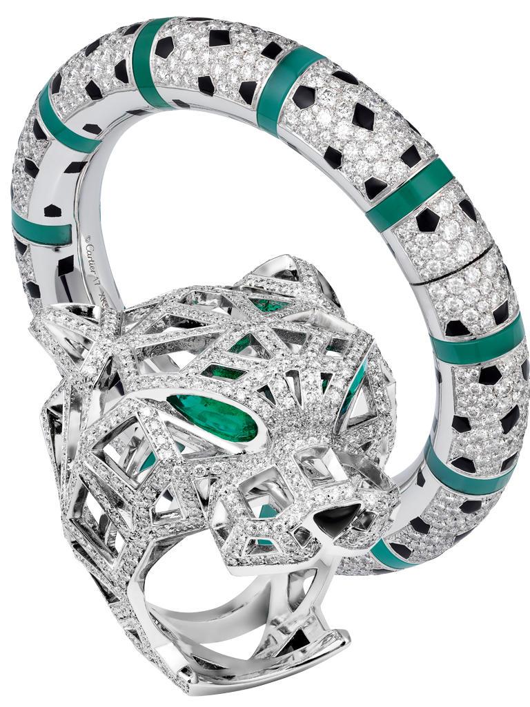Armreif aus Weißgold, Lack, Onyx, Chrysopras, Diamanten, 238.000 Euro. Ring aus Weißgold mit Smaragden und Diamanten, 65.500 Euro