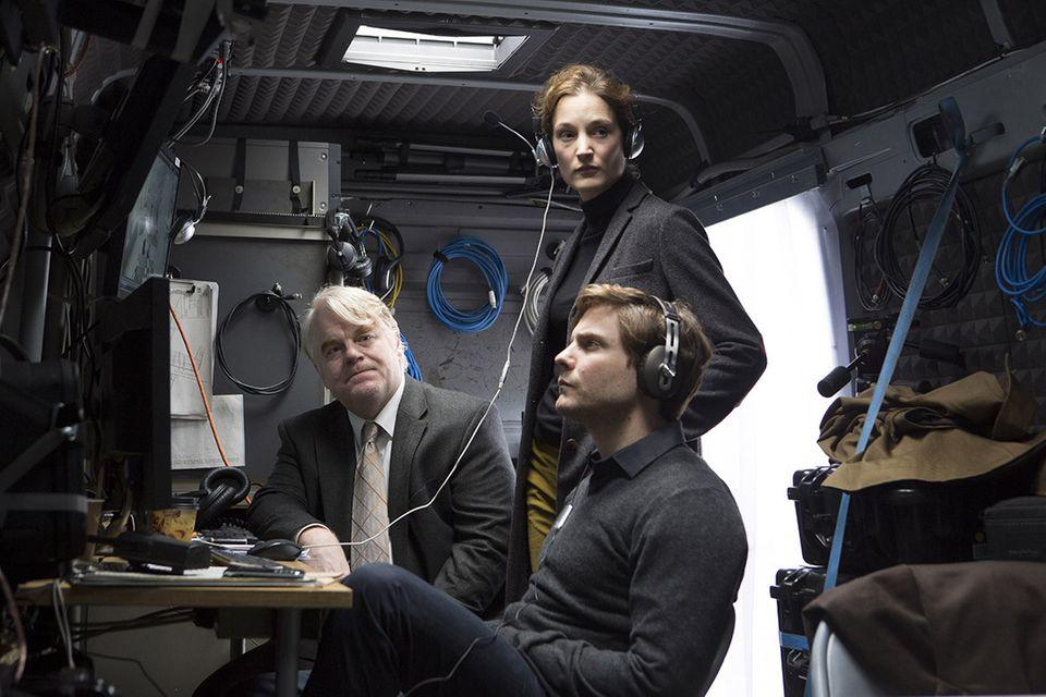"""Starpotenzial: Kleine, aber feine Rolle: An der Seite von Philip Seymour Hoffman brillierte Daniel Brühl 2013 im Spionage-Thriller """"A Most Wanted Man""""."""