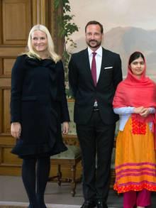 Von ihrem Mann Prinz Haakon, mit dem sie sich bei der Verleihung des Friedensnobelpreises wieder sehr innig zeigte, bekommt Prinzessin Mette-Marit Rückhalt.