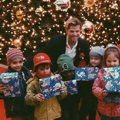 Paul Janke zeigt, dass er ein großes Herz für Kinder hat, und übergab seinen jüngsten Fans die von ihm verpackten Geschenke.