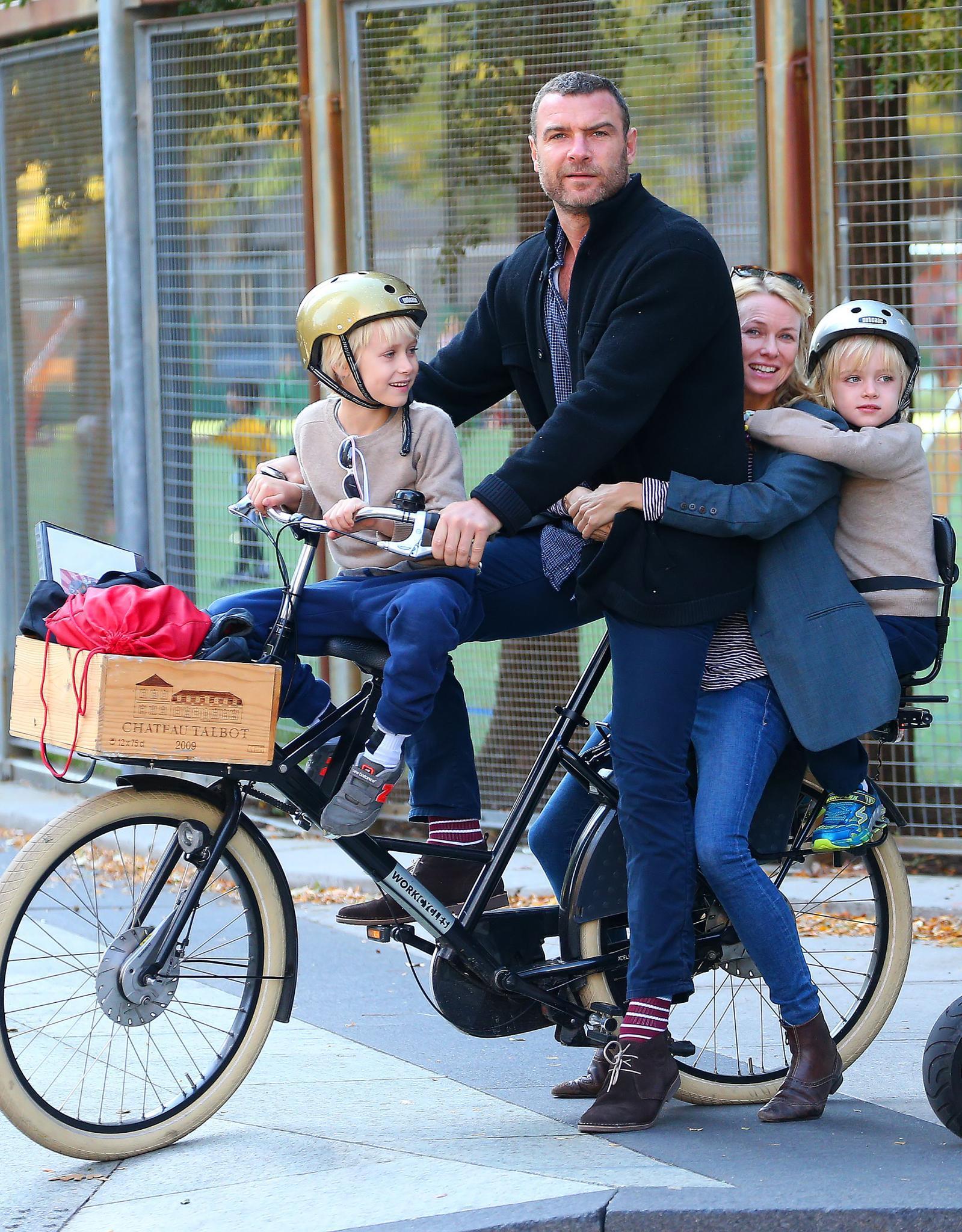 Happy family: Naomi Watts und Liev Schreiber sitzen gemeinsam auf einem Rad mit ihren Söhne Alexander und Samuel (6 und 7 Jahre) und haben sichtlich Spaß.