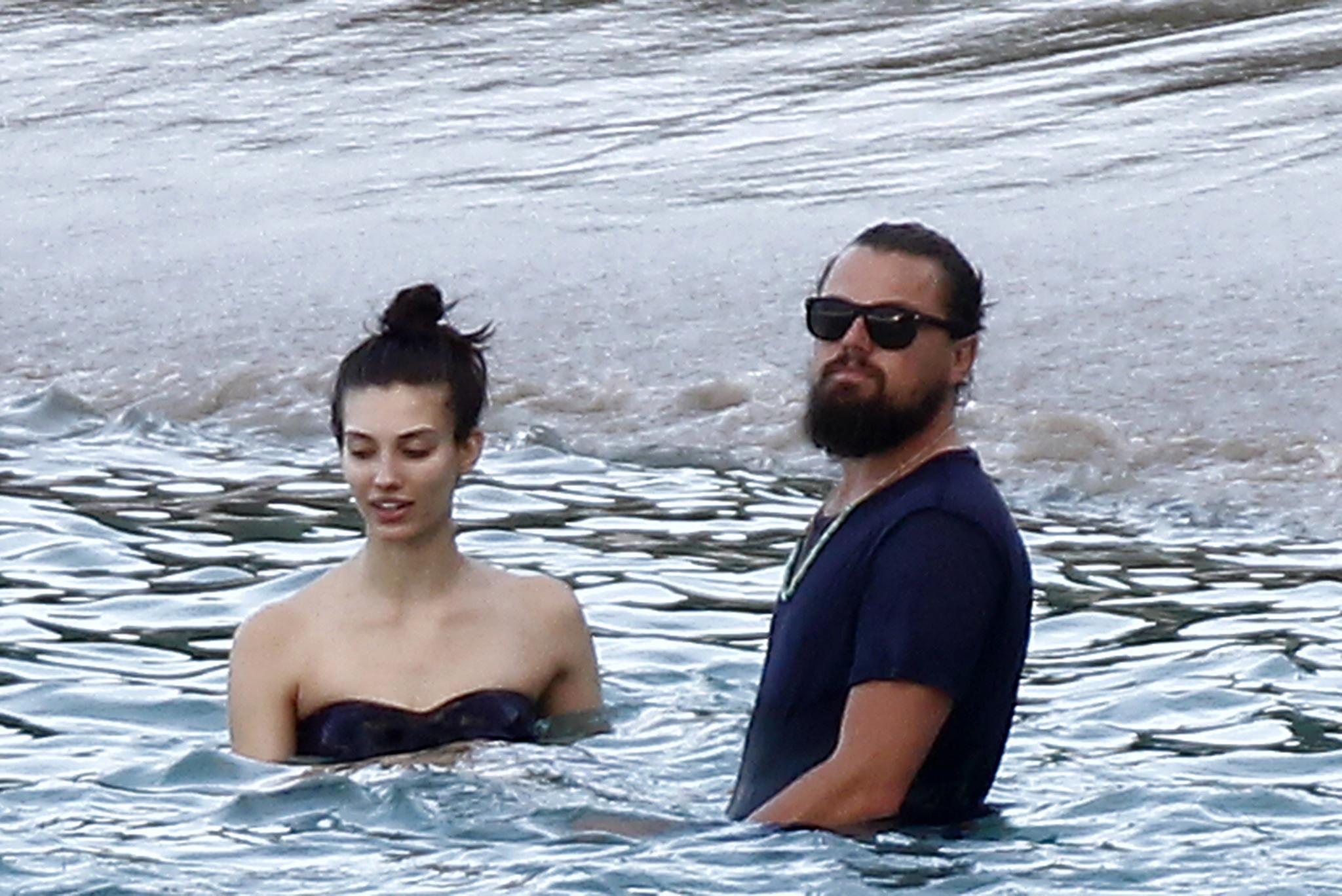 Leonardo DiCaprio genießt die Gesellschaft dieser und anderer Bikini-Schönheiten auf St. Barths.