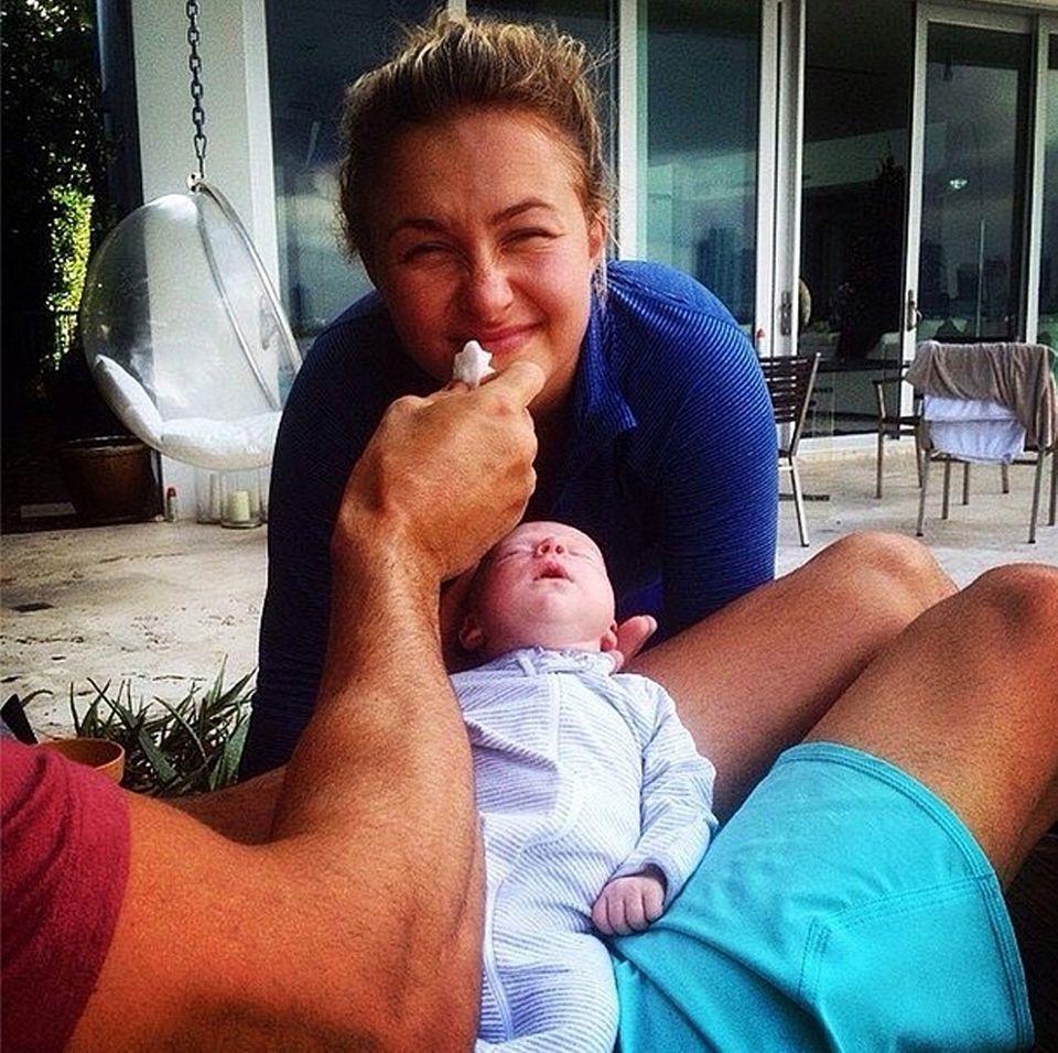 Wladimir Klitschko albert mit Hayden Panettiere während die kleine Kaya schläft.