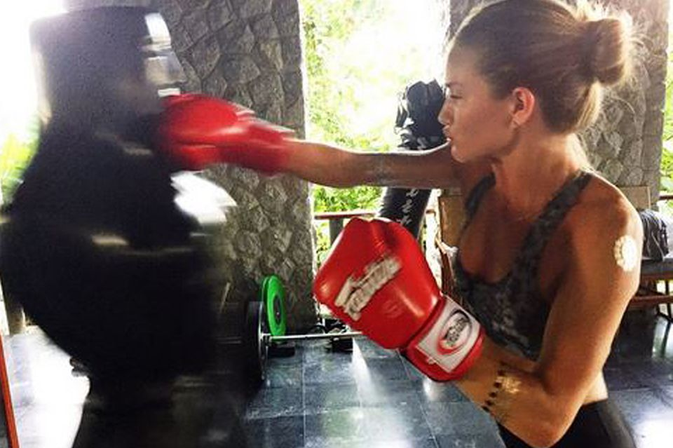 """Fit und stark: Rosie Huntington-Whiteley ernährt sich nach dem Prinzip """"Clean&Lean"""" ihres Trainers James Duigan. Kontinuierliches, abwechslungsreiches Training ergänzt den Ernährungsplan."""
