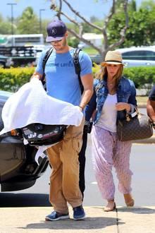 Jennifer Love Hewitt und Brian Hallisay kommen mit Töchterchen Autumn aus dem Hawaii-Urlaub.