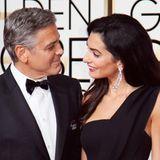 """George Clooney bekommt bei den Golden Globes den """"Cecil B. DeMille""""-Award für herausragende Leistungen. Seine Ehefrau Amal ist sichtbar stolz auf ihn. Beide tragen einen Anstecker mit der Aufschrift """"Je suis Charlie""""."""