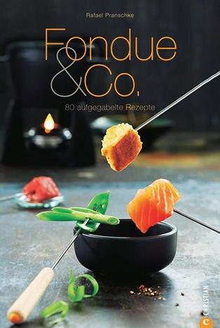 """Der Koch und Food-Fotograf Rafael Pranschke serviert in seinem neuen Buch 80 köstliche Rezepte rund um das heiße Töpfchen. Neben raffinierten Fisch-Variationen und gepimpten Klassikern wie Käse-Whisky-Fondue präsentiert er auch Leichtes, etwa eine italienische Kräuter- Variante. (""""Fondue & Co."""", Christian Verlag, 160 S., 19,99 Euro)"""