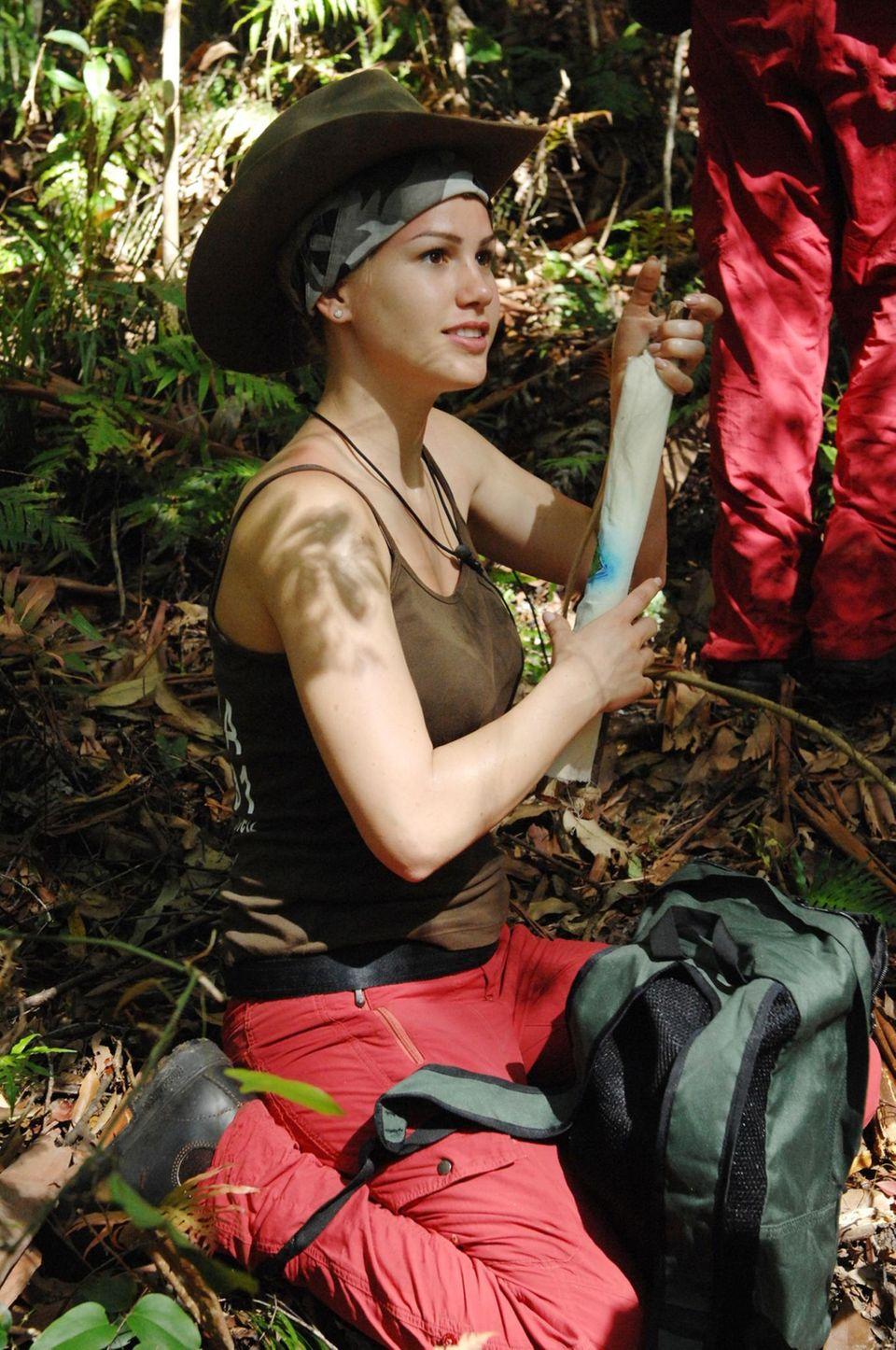 """Das Dschungelcamp: Angelina Heger, ehemalige """"Bachelor""""-Kandidatin, will das Busch-Outfit an lassen und keine nackte Haut zeigen. Ob sie das durchhält? Alle Infos zu """"Ich bin ein Star - Holt mich hier raus!"""" im Special bei RTL.de"""
