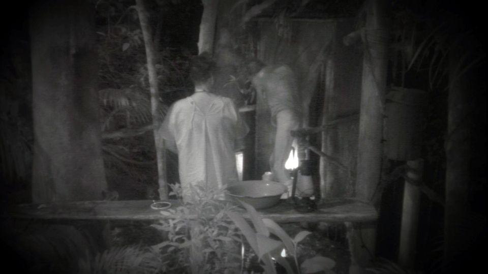 Walter zeigt Rolfe nachts nackte Tatsachen.