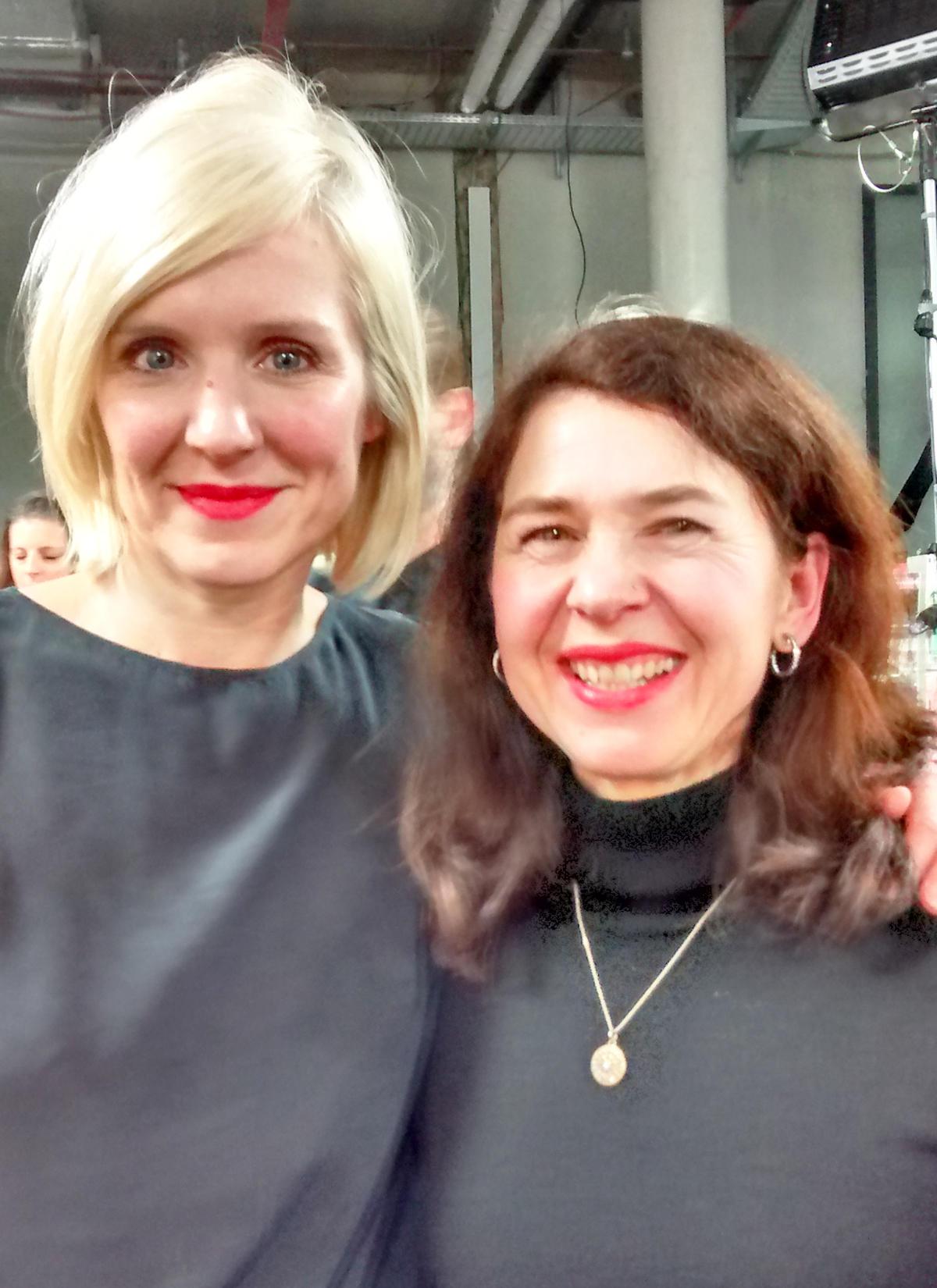 Make-up-Artist Loni Baur nimmt sich trotz größter Hektik zwischen den Schauen die Zeit für ein Gespräch mit Gala.de-Redakteurin Stefanie Behrens über die Ausdrucksmöglichkeiten in ihrem Beruf (www.lonibaur.com).
