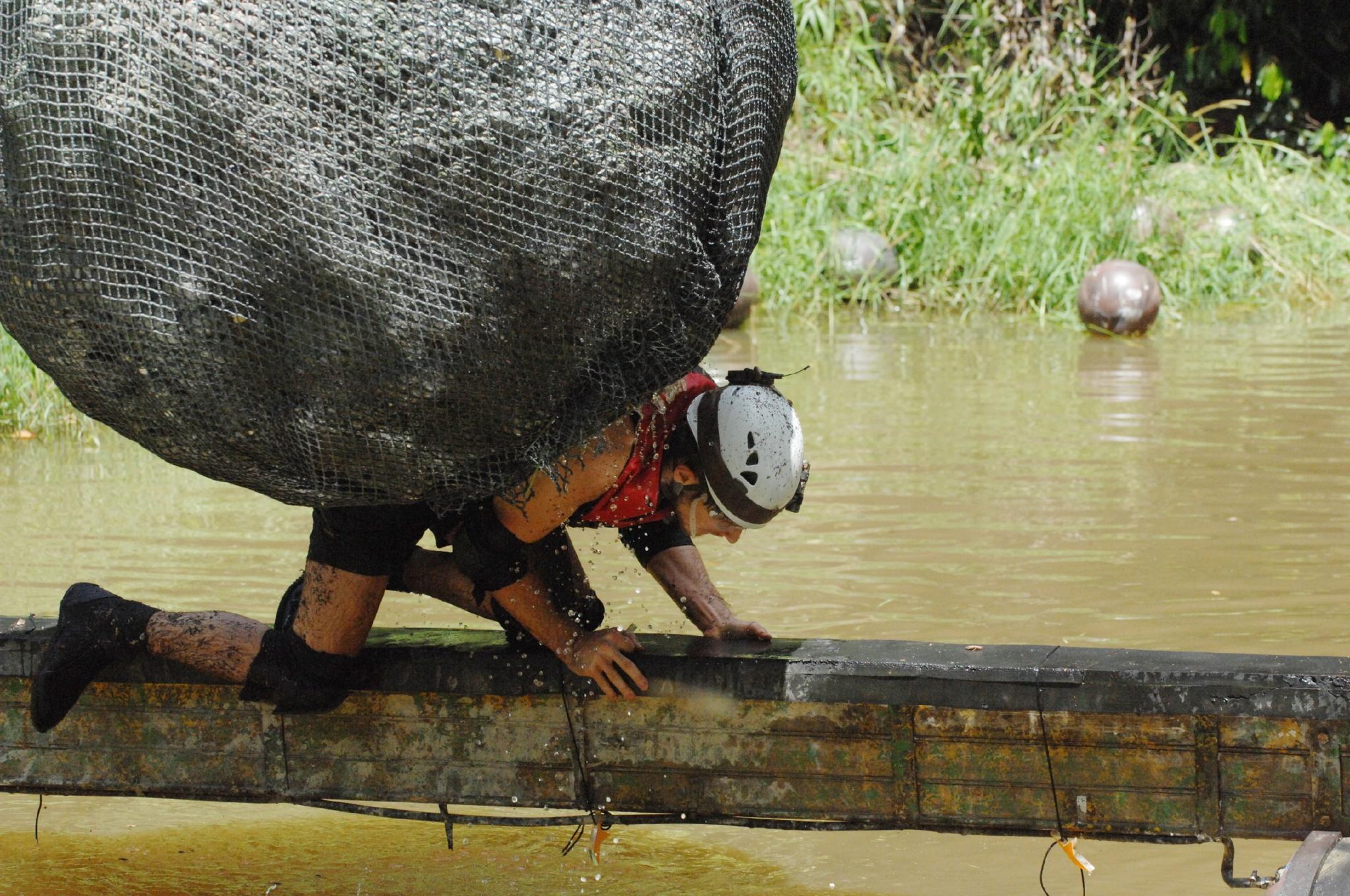 Jörn muss über einen wackligen Steg balancieren und dabei einem Felsbrocken ausweichen.