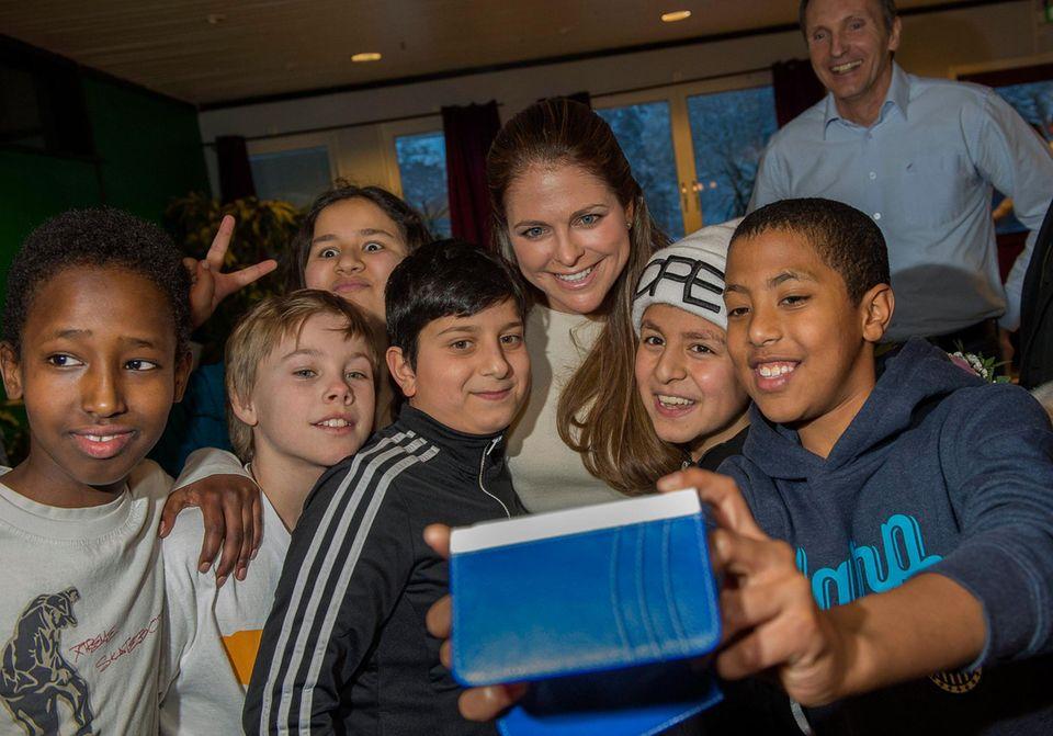 Prinzessin Madeleine macht mit bei einem Gruppen-Selfie im Jugendzentrum in Andersbergs.