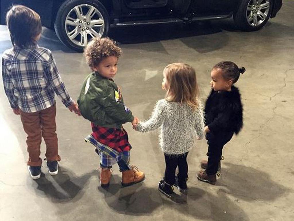"""""""Disney on Ice"""" steht auf dem Programm: Während Mason, Zeplin und Penelope farbenfrohe, stylishe Kinderkleidung tragen, ist North West wieder wie eine - traurige - kleine Eiskunstläuferin ganz in Schwarz gestylt."""