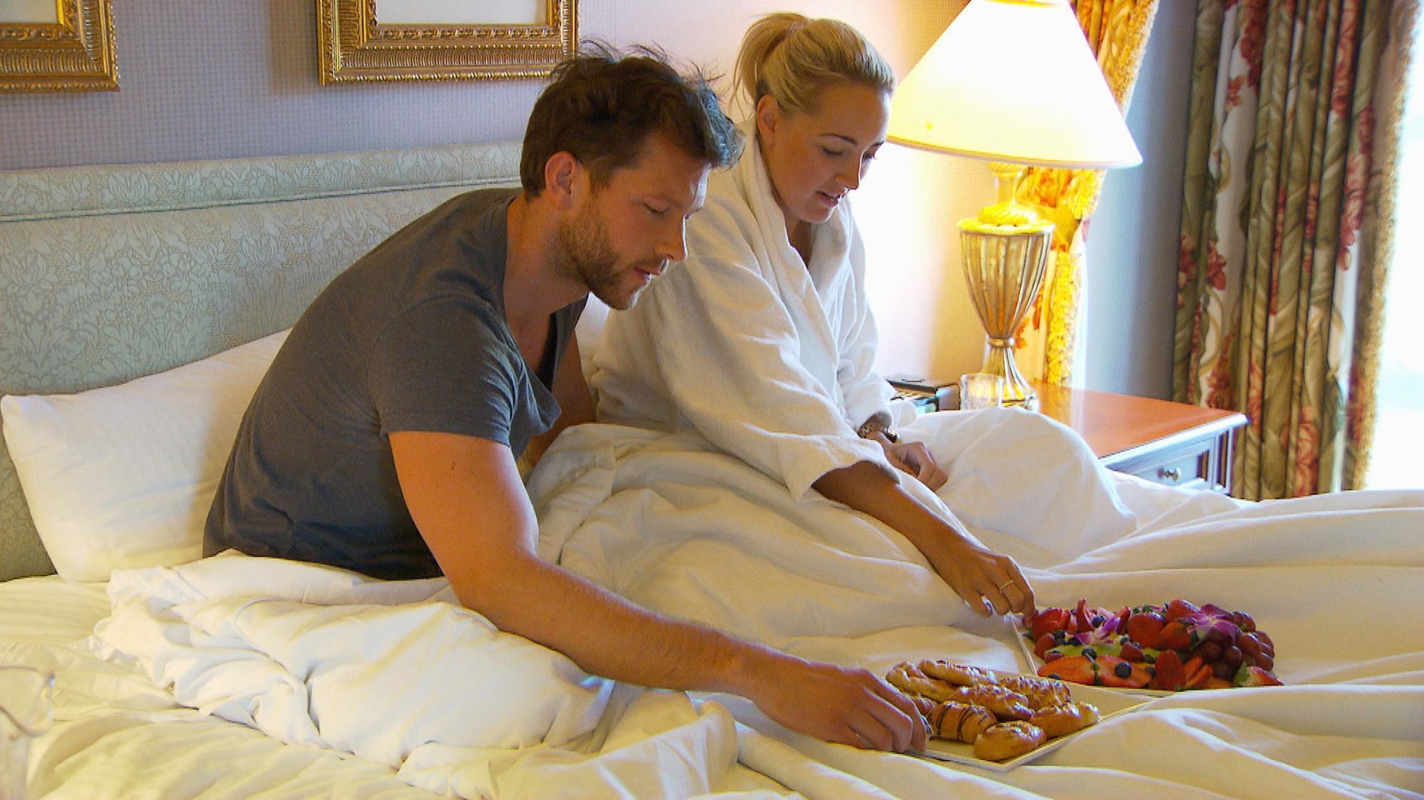 Oliver und Carolin verbringen die Nacht zusammen im Hotel und sorgen damit für reichlich Gesprächsstoff.