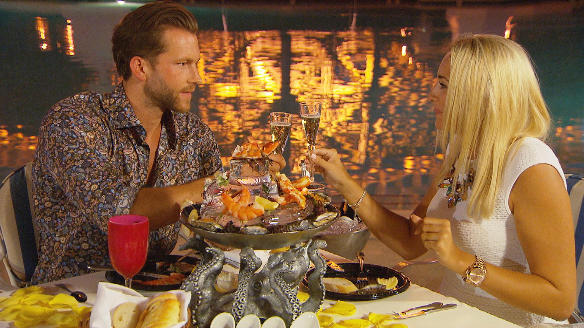 Oliver und Carolin genießen die Zweisamkeit bei einem romantischen Essen.