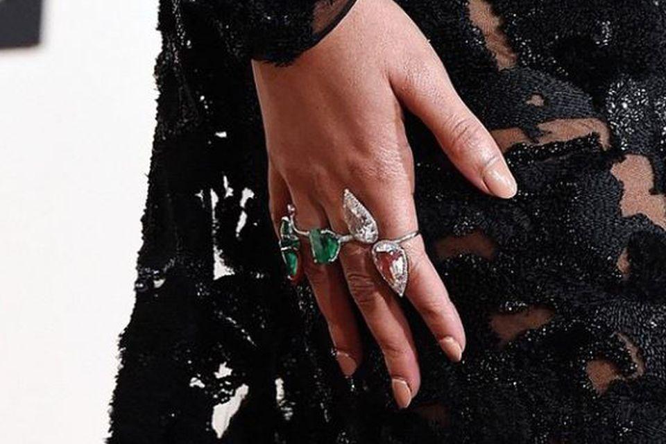 Herrin der Ringe: Die Nude-Maniküre mit dem Cappucino-Ton als Nagellack passte hervorragend zu den Diamant- und Smaragdringen, die Beyoncé bei Luxusjuwelier Lorraine Schwartz ausgewählt hatte.
