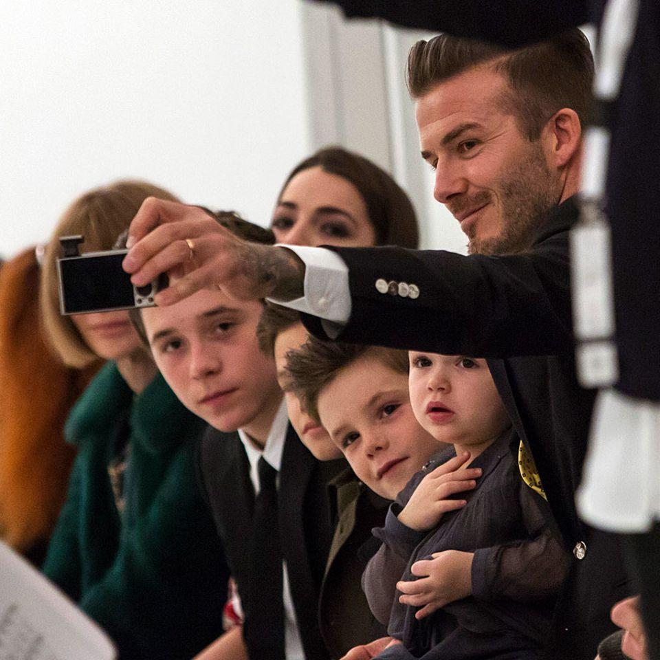 Familienfoto in der ersten Reihe: Brooklyn, Romeo, Cruz und Harper und David Beckham besuchen die Show von Mama Victoria.
