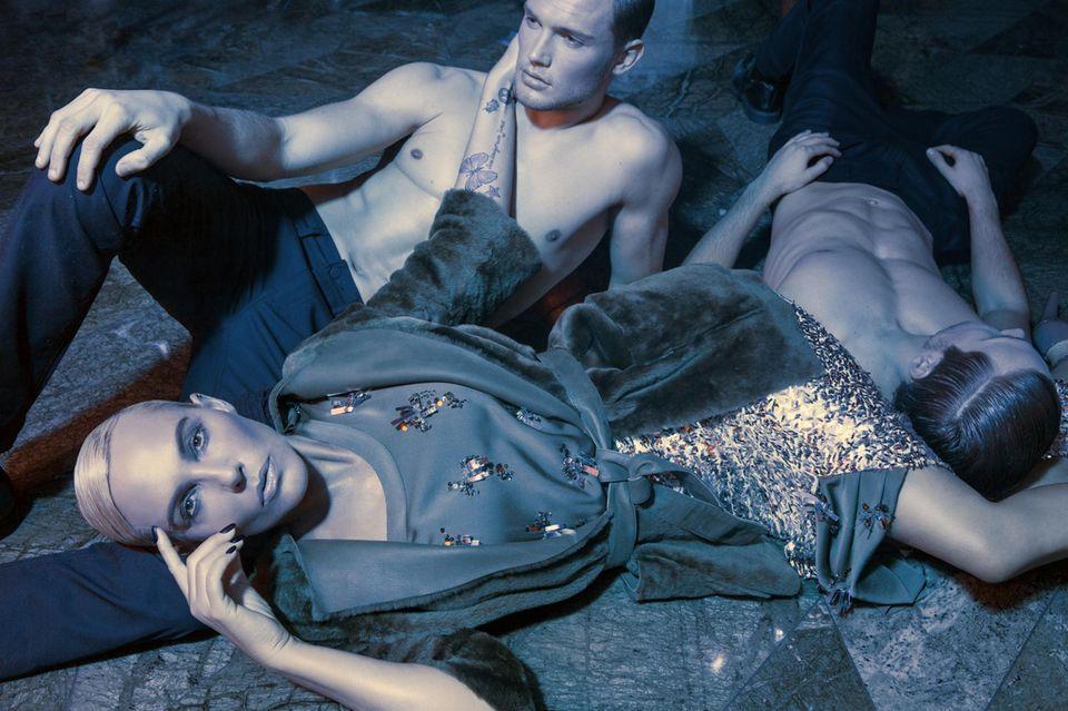 """Blaue Stunde in der """"Lang Bar"""" des Hotels """"Waldorf Astoria Berlin"""": Natascha Ochsenknecht genießt das Shooting mit den Models Marcel und Stefan."""