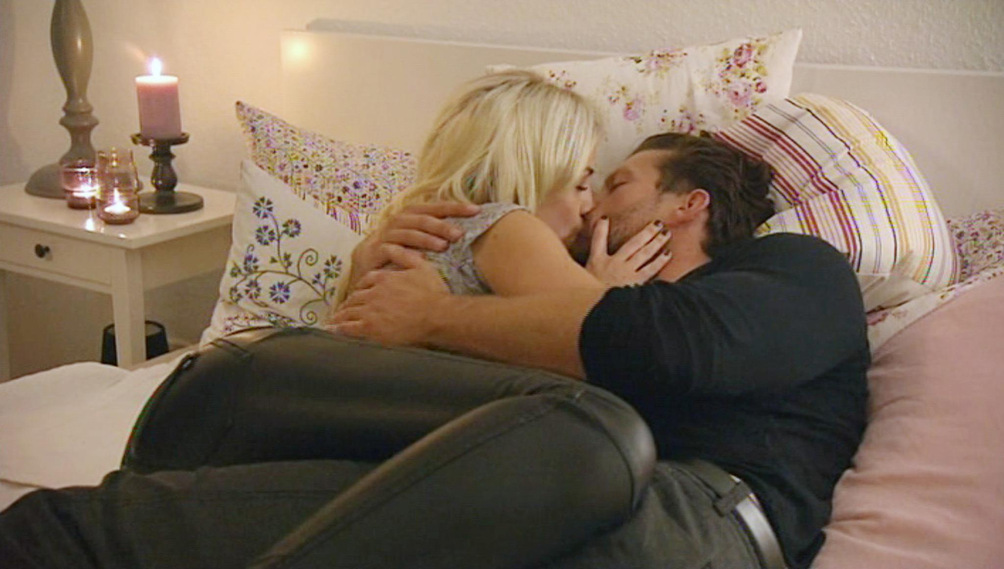 Oliver und Liz knutschen während des Homedates auf ihrem Bett.