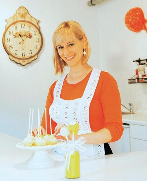 """Cake-Pops sind in aller Munde. Emily Einert, Fan der ersten Stunde, betreibt in München einen kleinen, feinen Shop, in dem sich alles um die köstlichen Kuchenlollis dreht. Besonders beliebt sind die Sorten """"Schoko- Cranberry"""" und """"Himbeer-Herz"""". Einert gibt auch Seminare, bei denen sie Naschkatzen in die Kunst der Minikuchen-Herstellung einweiht. (www.emilys-cakepops.de)"""