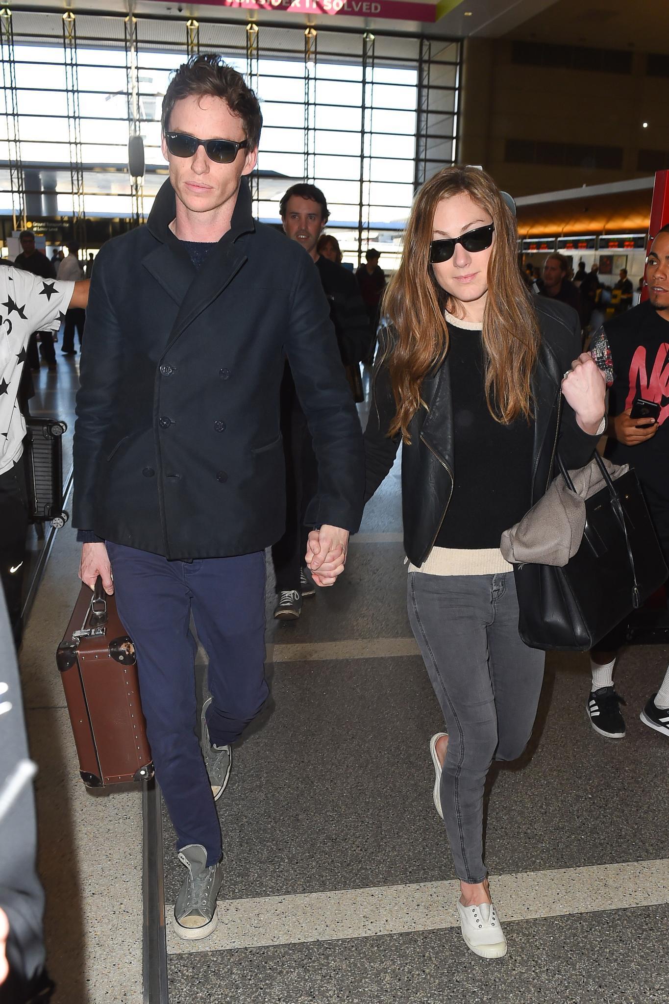 Nach der dicken Oscarparty sind Eddie Redmayne und seine Frau Hannah Bagshawe am Flughafen und verlassen Hand-in-Hand Los Angeles.