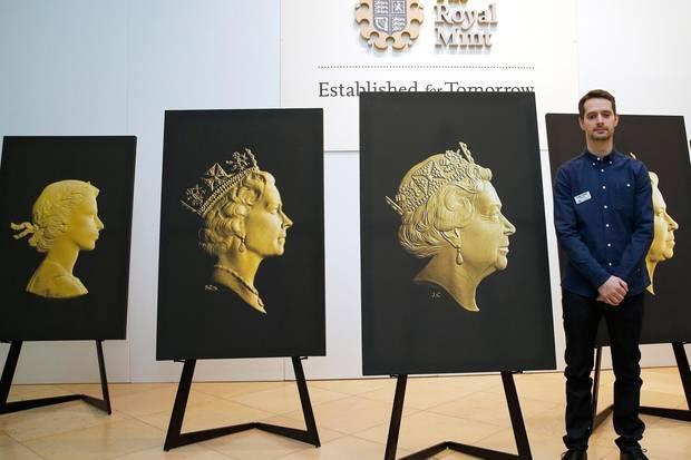 Der Designer des aktuellen Münzporträts der Queen, Jody Clark, steht hier neben dem neuen Entwurf, dahinter die Entwürfe aus vergangenen Jahrzehnten.