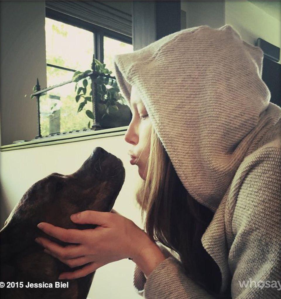 Jessica Biel gibt ihrer Hündin Tina einen Kuss.