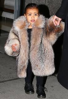 Dass Kim Kardashians Tochter North West mit Luxus überschüttet wird, ist bekannt. Dass sie jetzt aber auch schon im Pelzmantel mit ihrer Mutter unterwegs ist, ist vielleicht dann doch etwas übertrieben.