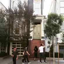 """John Stamos vor dem """"Full House""""-Haus in San Francisco. Die Fans bemerkten den Schauspieler allerdings nicht."""