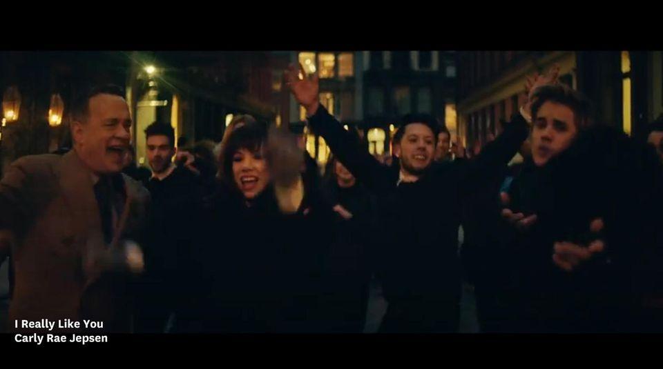 Auch Justin Bieber (rechts) tanzt mit Carly Rae Jepsen und Tom Hanks durchs Video.