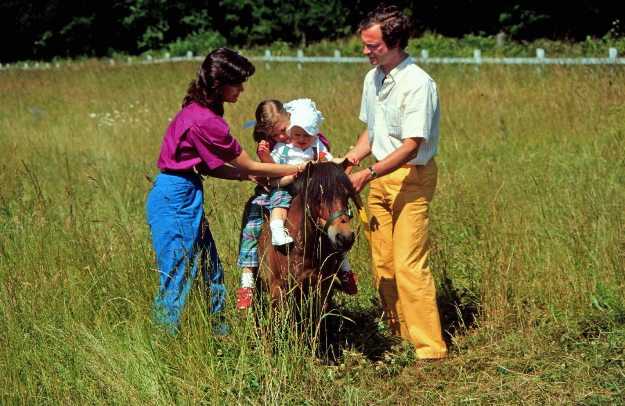 Die Begeisterung für Pferde und Reitsport liegt in der Familie: 1983 unternehmen Prinzessin Victoria, damals sechs Jahre alt, und ihre einjährige Schwester Madeleine mit Hilfe ihrer Eltern einen gemeinsamen Ritt.