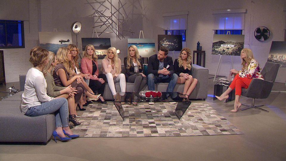 """Im Studio treffen einige Ladys auf """"Bachelor"""" Oliver. Frauke Ludowig versucht zwischen allen zu vermitteln."""