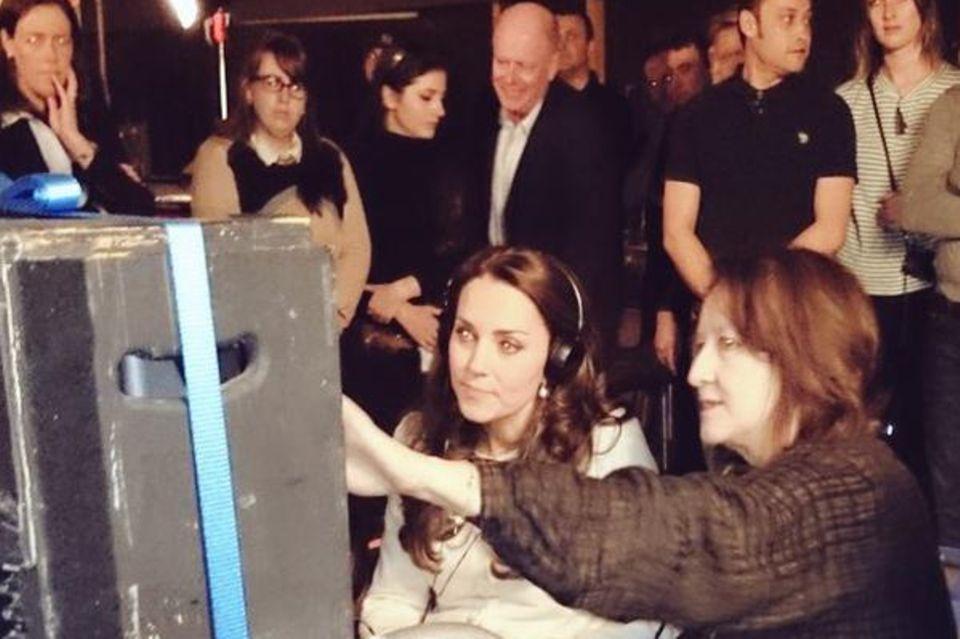 """Getwittert vom Kensington-Palast: """"Ihre Königliche Hoheit sieht per Monitor zu, wie eine Szene aus der sechsten Staffel von """"Downton Abbey"""" gefilmt wird."""""""