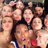 Für ihre Fans machen die Mädchen ein Grimassen-Selfie.