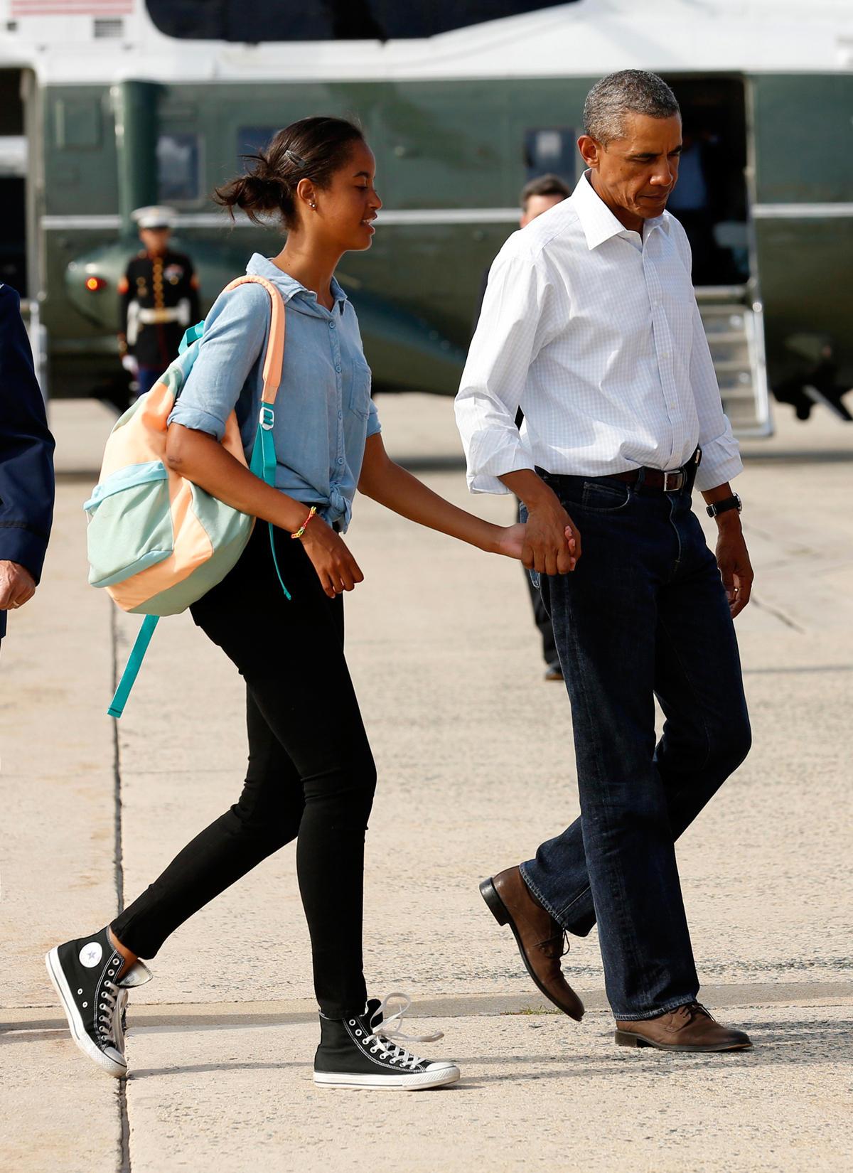 Auch lässig sehr schick: Malia in Bluse und Skinny Jeans mit ihrem Dad Barack Obama in den Sommerferien.