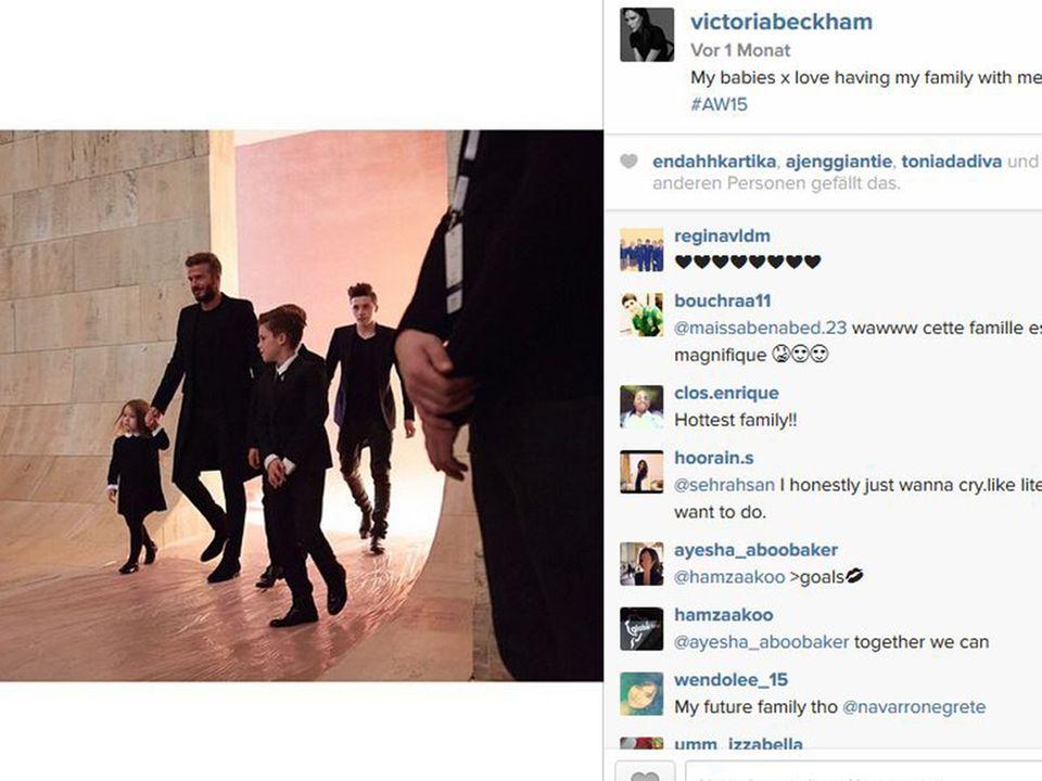 Eine schrecklich stylische Familie: Auf der Fashion Week New York unterstützt David Beckham zusammen mit seinen Kindern Harper Seven, Romeo, Cruz und Brooklyn die Modenschau seiner Ehefrau Victoria, indem er zusammen mit ihnen im schwarzen Dresscode auf den Catwalk läuft.