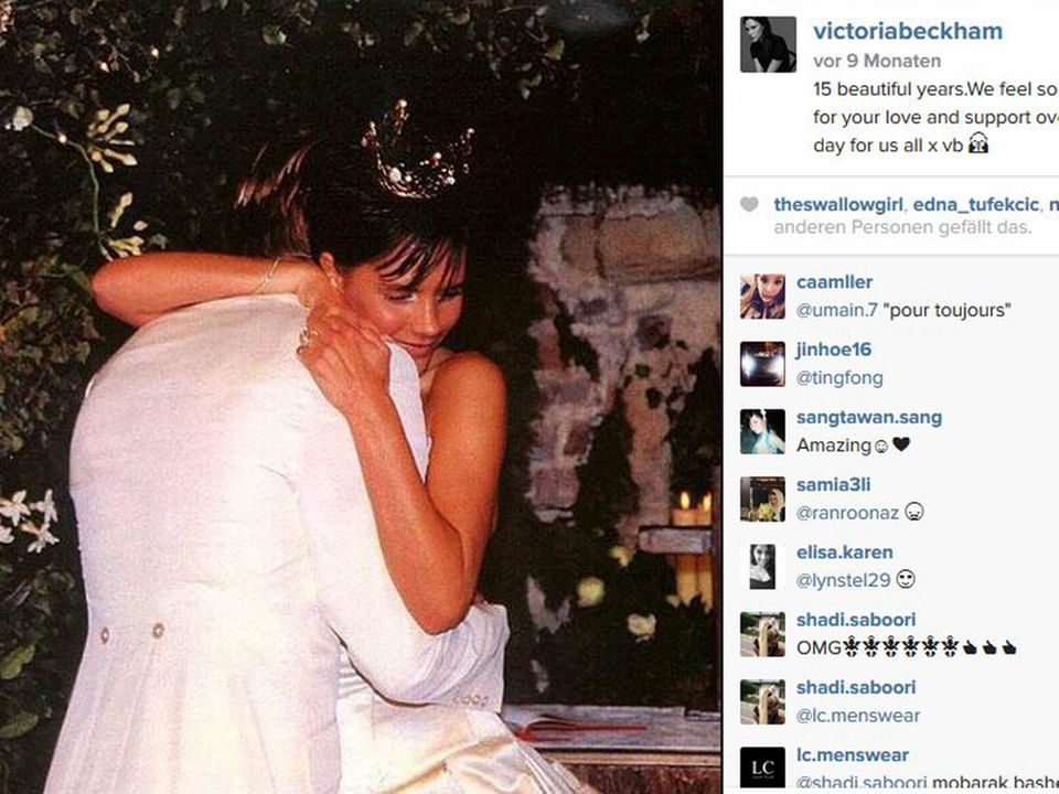Die Outfits sorgten bereits früher für viel Aufsehen: 1999 heiratet David Beckham das ehemalige Spice-Girl Victoria, die zur Trauung eine Krone trug.