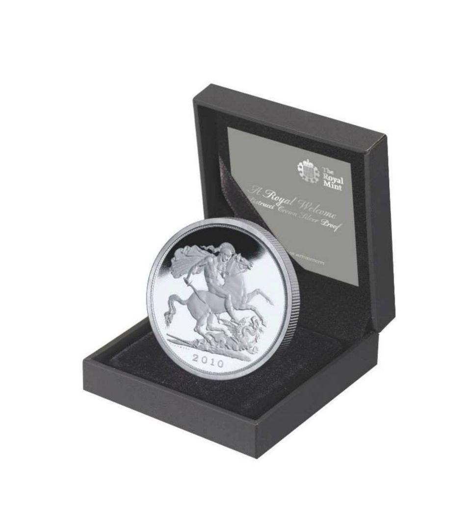 """Mit dieser Münze würdigte die """"Royal Mint"""", die britische Münzschmiede, die Geburt von Prinz George am 22. Juli 2013. Es war ein glücklicher Zufall, dass sie sich - schon vor der Namenswahl von catherine und William - für das Modell mit St. Georg, dem Drachentöter, entschieden hatten."""