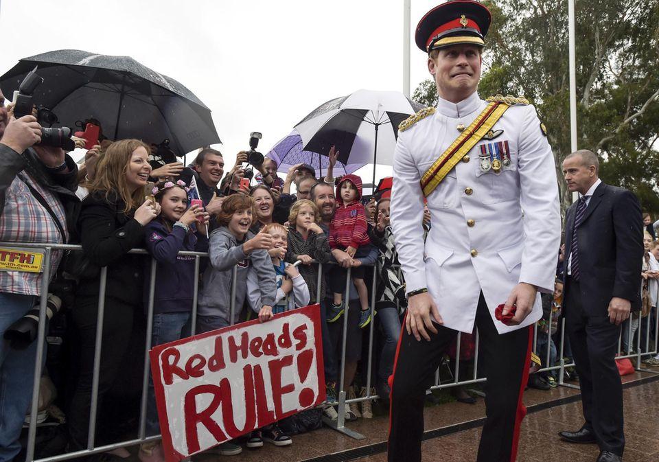 """Großer Empfang für den Prinzen am """"War Memorial"""". Und Prinz Harry weiß, was er seinen vielen Fans schuldig ist und zeigt sich gut gelaunt, schneidet Grimassen und posiert für Fotos."""