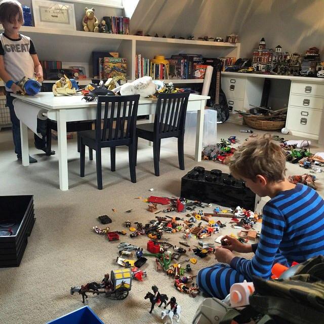 """So sieht es aus, wenn kleine Prinzen spielen. Mutter Marie-Chantal postete dieses Bild ihrer beiden jüngsten Söhne mit dem Kommentar: """"Samstagmorgen Spielzimmer""""."""
