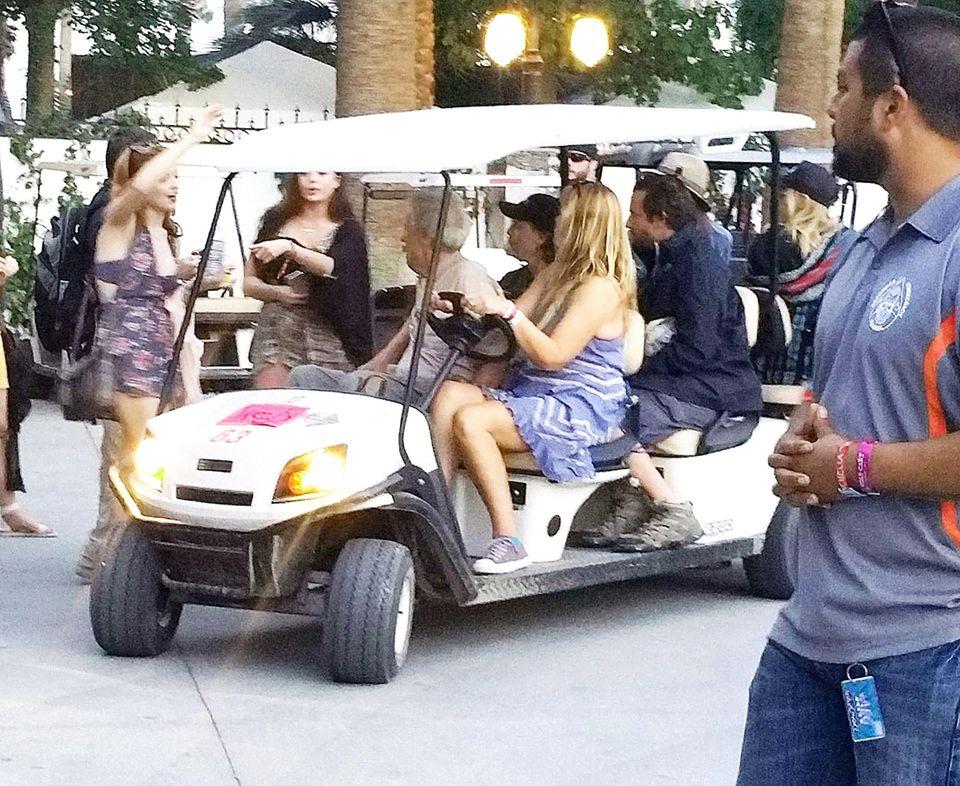Suki Waterhouse und Bradley Cooper (hinten rechts) dürfen im Golfkart von Clint Eastwood mitfahren.