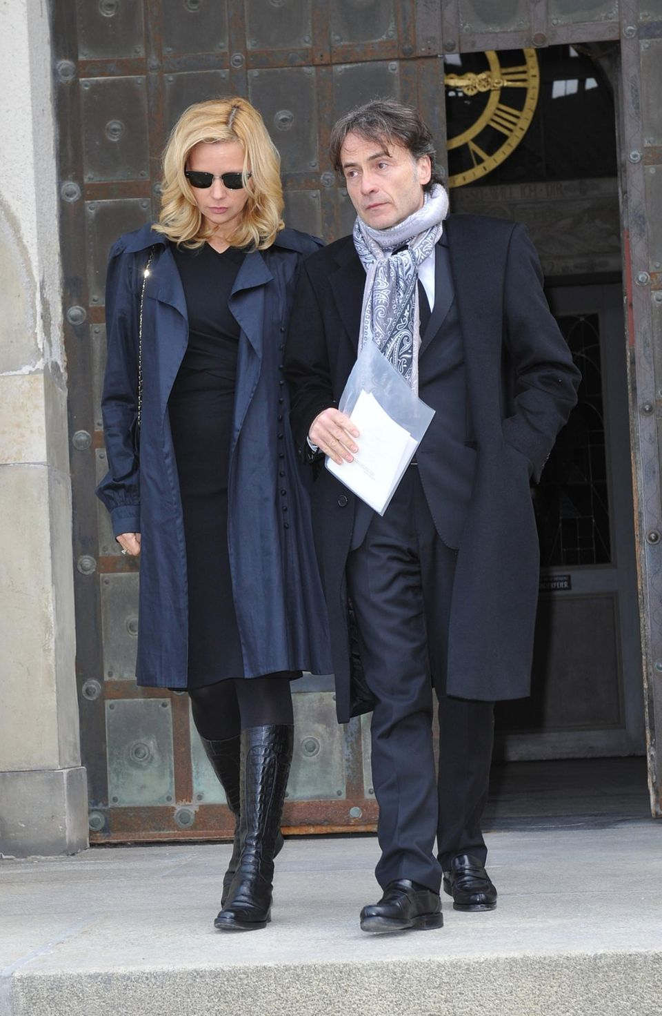 Veronica Ferres und Giovanni di Lorenzo verlassen gemeinsam die Aussegnungshalle am Nordfriedhof in München.