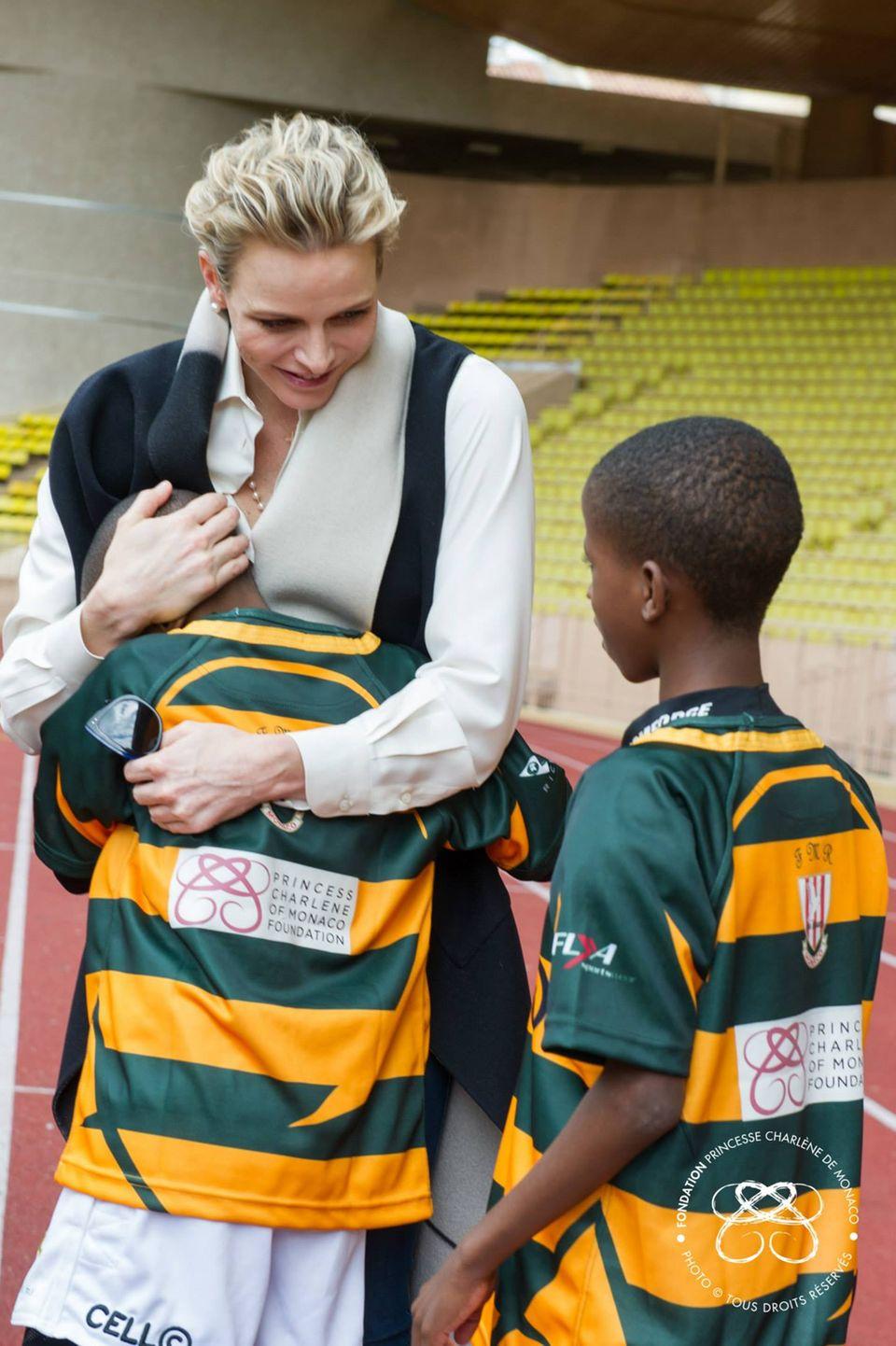 """Fürstin Charlène begrüßt Kinder aus der südafrikanischen Mannschaft, die extra für das """"Sainte Devote Tournament"""" in Monaco angereist sind."""