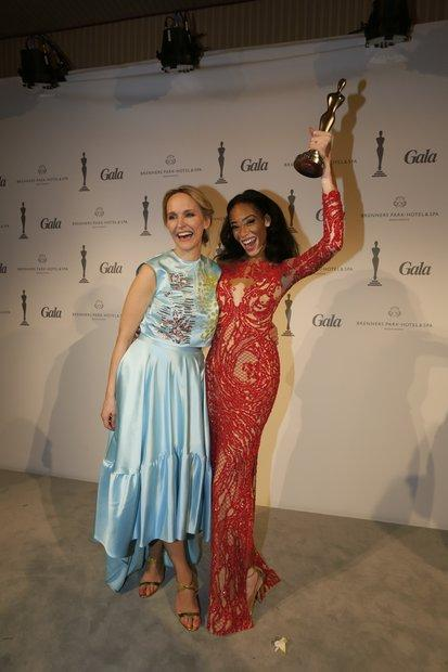 "GALA-Chefredakteurin Anne Meyer-Minnemann mit dem ""Beauty Idol 2015"": Model Chantelle Winnie."