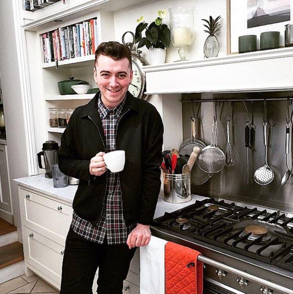 Sam Smith in seiner Küche. Mit diesem Instagram-Foto verrät der Musiker, dass er noch 2 Kilos abnehmen möchte, um sein Wunschgewicht zu erreichen. Dabei ist er schon so schlank.