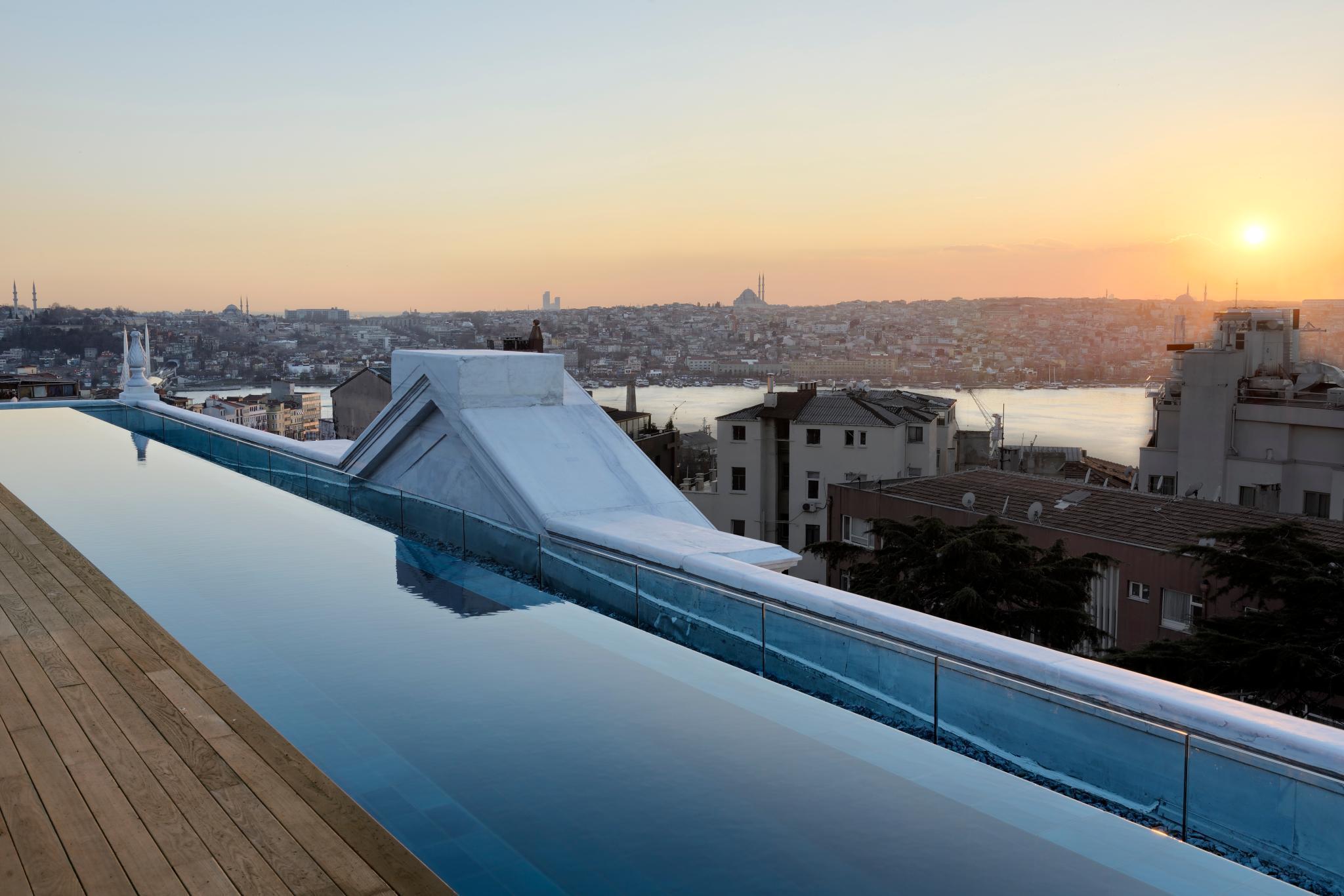 Was für ein Blick: Von der Dachterrasse des Soho House kann man den Sonnenuntergang über dem Bosporus genießen