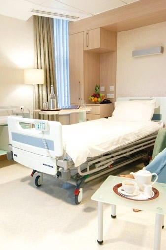 """So sieht eine Suite im """"Lindo Wing"""" aus - Teppich, Vorhänge, Plüschsessel, Einbauschränke, Fernseher und hotelähnlicher Service."""